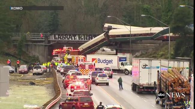 Autópályára zuhant egy vonat, többen is meghaltak