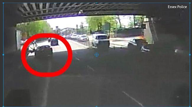 Megdöbbentő felvétel: direkt gázolta el az autós a mellette közlekedő biciklist
