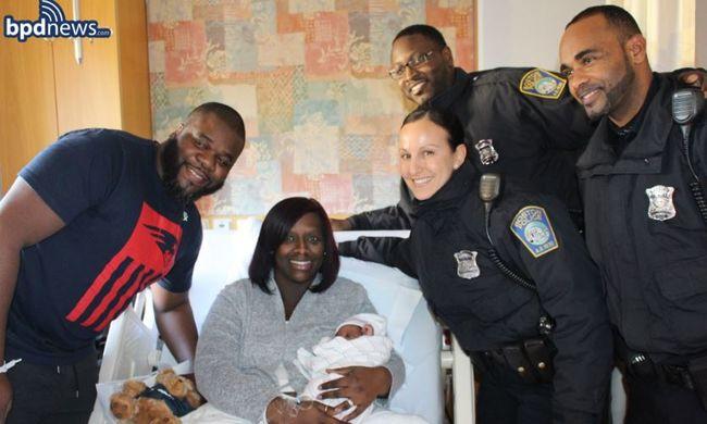 A kapitányság előtt indult be a szülés, rendőrök segítettek az anyának