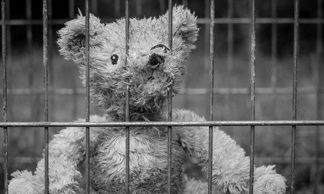 Nyitva felejtette az anya az erkélyajtót, kizuhant egy hatéves gyerek Miskolcon