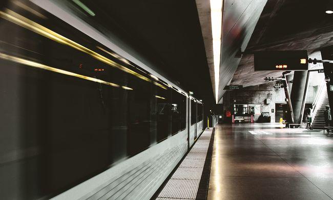 Horror a metrón: gyerekei előtt rugdosták össze az anyukát