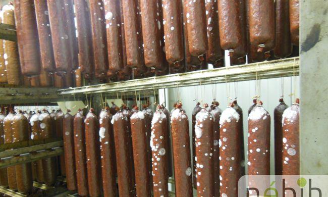 Több tonna penészes húst találtak az üzemben