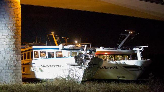 A hídnak csapódott az üdülőhajó, sokan megsérültek