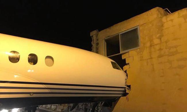 Az év legfurább balesete történt a repülővel - fotó