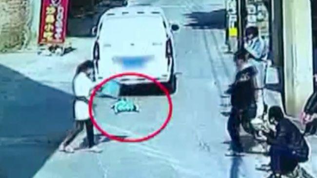 Rémálom: kiszaladt a furgon elé a kisfiú, elsodorta a sofőr - videó
