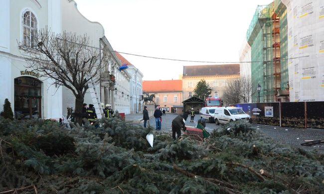 Lecsapott a vihar Magyarországra, felborult a város karácsonyfája - fotó