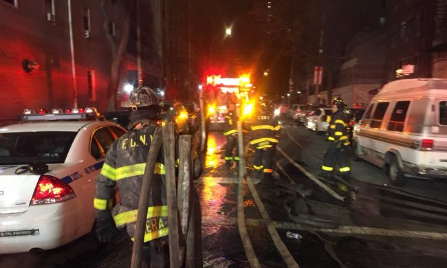 Borzalmas tűzhöz riasztották a tűzoltókat, többen meghaltak a társasházban