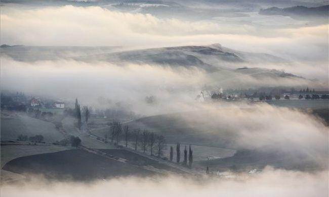 Erős szél borzolja tovább a kedélyeket a ködös időben