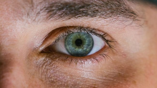 Borzalmas kínokat élt át a férfi, aki összeragasztotta a szemét