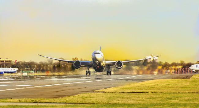 Riasztották a ferihegyi reptér sürgősségi szolgálatát, utasrosszullét miatt szállt le egy gép hajnalban