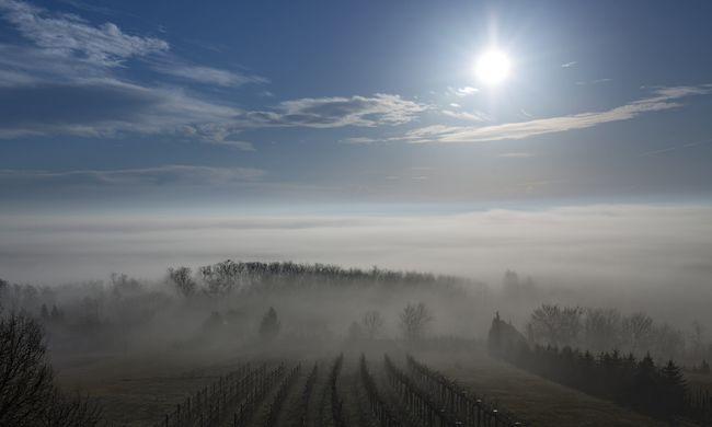 Átláthatatlan köd ereszkedik az országra, jönnek a zivatarok a melegben