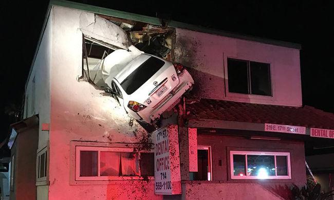 A második emeletről lógott le az autó, órákig tartott a mentés