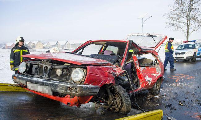 Helyszíni fotókat kaptunk a halálos buszbalesetről