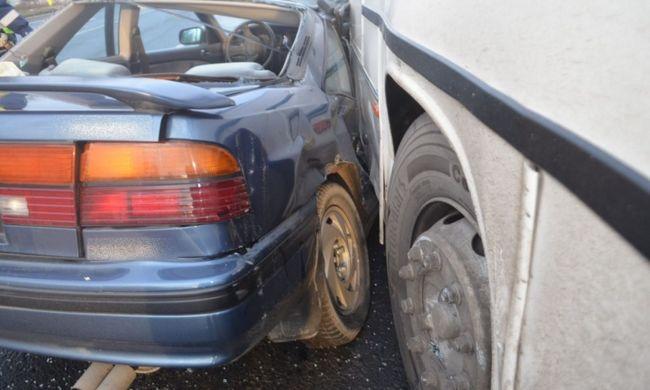 Most jött a hír: busz és autó ütközött a főúton, sérültek is vannak