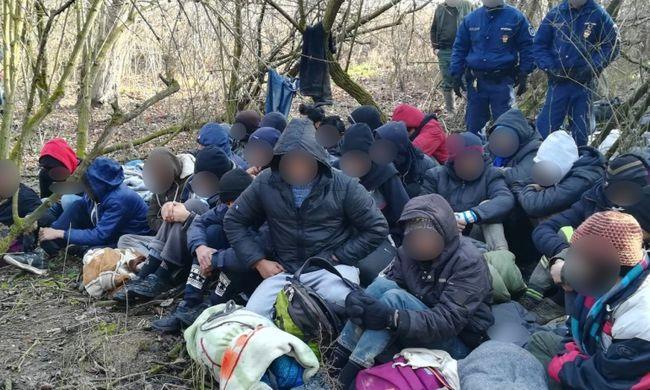 Hatalmas migránscsoportot fogtak a határnál