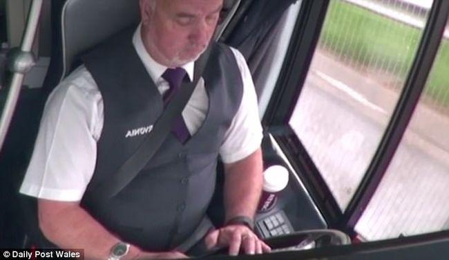 Az út helyett csak a telefonját nézte a buszsofőr