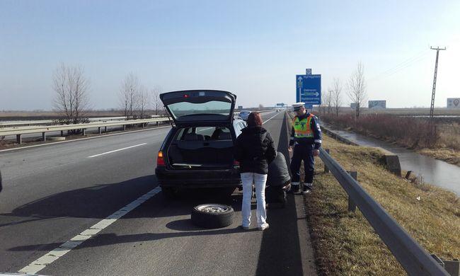 Bajba került a magyar család, a rendőrök mentették ki őket a szorult helyzetből