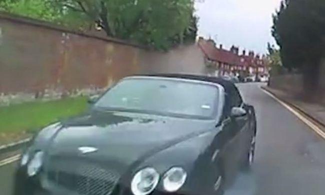 Ijesztő felvételeket tett közzé a rendőrség: hatalmas sebességgel csapódott be a luxusautó