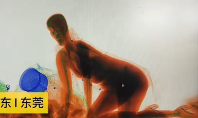 Bemászott a röntgengépbe a vasútállomáson egy nő, elképesztő felvétel készült róla