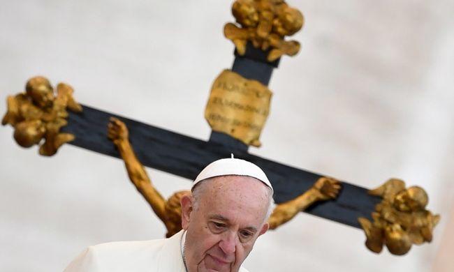 Ez a nap legédesebb jelenete: így vette semmibe Ferenc pápa beszéde alatt a biztonságiakat egy kisfiú