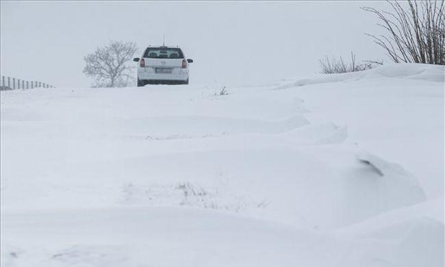 Emelték a riasztás fokozatát, itt csaphat le a hó