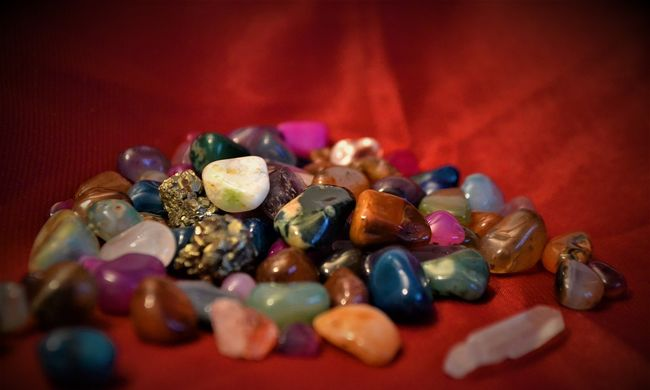 Szerencsehozó kristályokkal verték át a szerelemre vágyó férfit