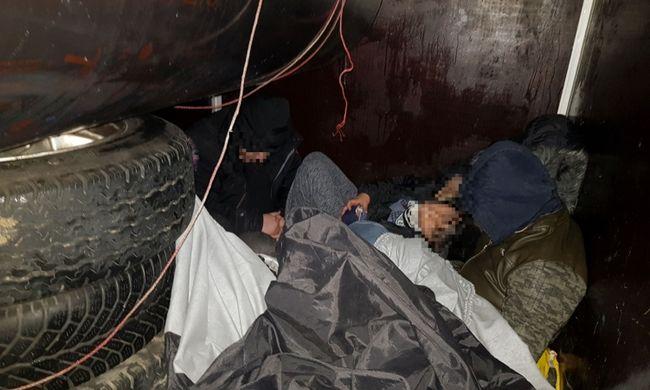 Utánfutóba rejtőztek a migránsok, fennakadtak a határon