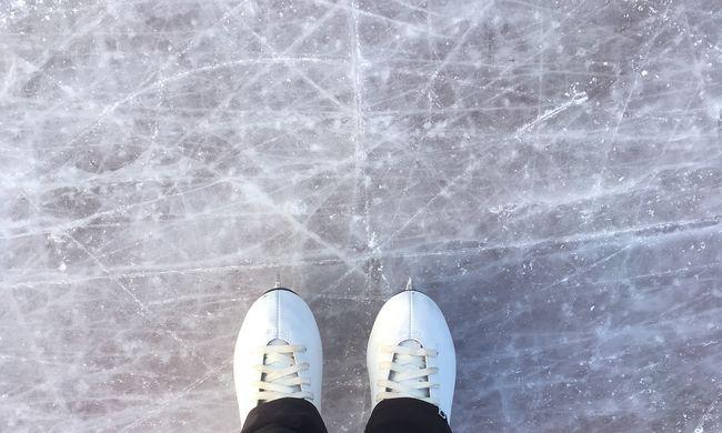 Olyan hideg van ebben az európai városban, hogy korcsolyával mennek dolgozni az emberek