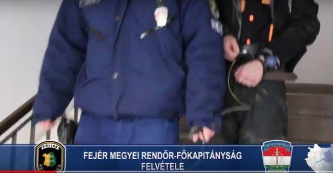 Tragédia a Fejér megyei házban, rendőrök találtak a meggyilkolt férfi holttestére