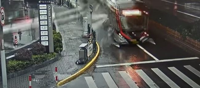 Térfigyelő kamera rögzítette a horrorbalesetet, oszlop fúródott át a buszon