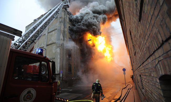 Megrendítő fotó: felcsaptak a lángok Budapesten, hatalmas a tűz