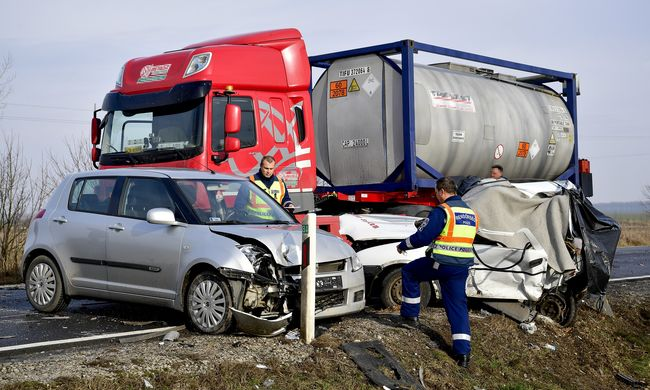 Veszélyes anyagot szállító kamion balesetezett, két halálos áldozat is van