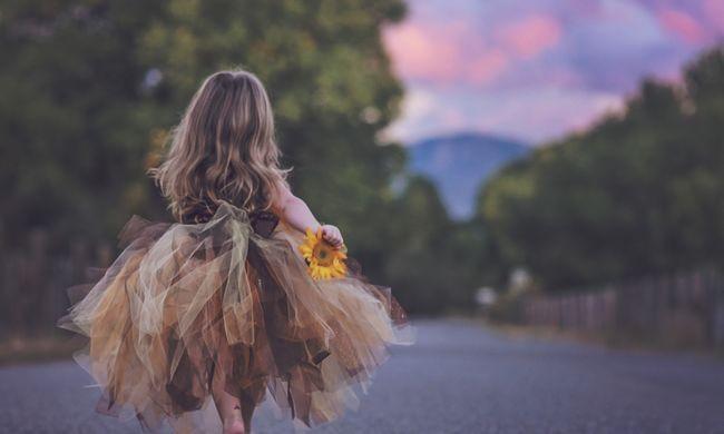 Édesanyja sem akarja elhinni: végrehajtóval fenyegetik a 6 éves kislányt
