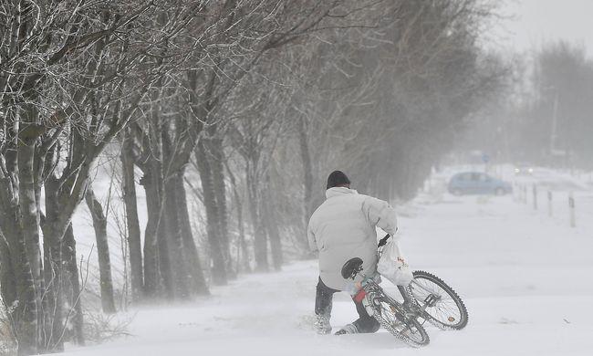 Nem enyhül a helyzet, küzd az ország a hatalmas hóval