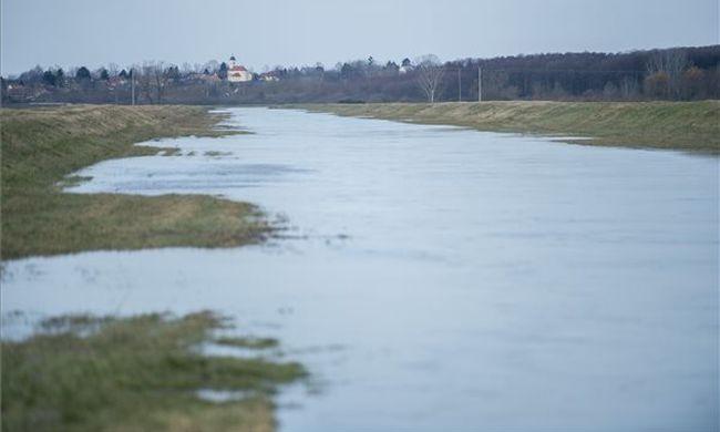 Emelték a készültség szintjét, nagy területet öntött el a belvíz