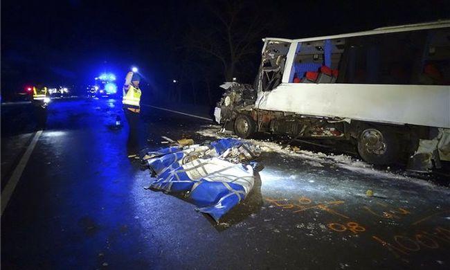 Megrázó fotó: kisbusz és teherautó ütközött a főúton, lezárták az utat