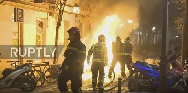 """""""Ez már nem a ti városotok"""" - ordibálták a migránsok a rendőröknek, utcai harcok törtek ki Madridban"""