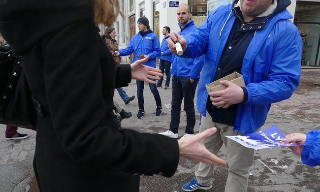 """""""Meg kell védeni magunkat a migránsokkal szemben"""" - paprikasprét osztogatnak az európai nagyvárosok utcáin"""