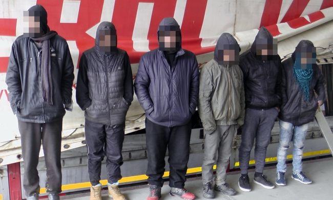 Kamionba bújtak, Magyarországra akartak jutni a migránsok