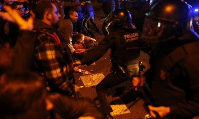 Több ezren vonultak utcára, bevetették a rohamrendőröket