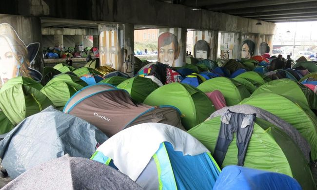 Katasztrofális a helyzet Párizsban: lépni se lehet a migránsok sátraitól