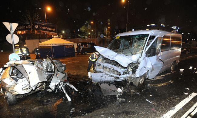 Borzalmas képek a Budaörsi úti balesetről, gyerekeket szállító kisbusz roncsolódott össze