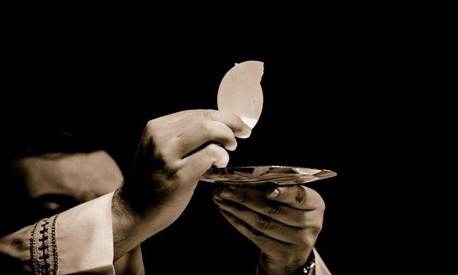 Eljátszotta a perselypénzt a pap, az egyház áldását adta a terápiára
