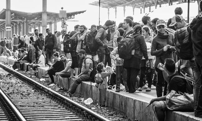 Egymásnak esett 20 migráns a vasútállomáson, menekültek az emberek