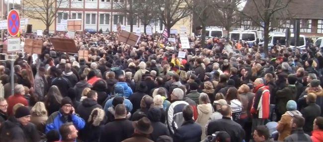 Elképesztő felvétel: Orbán Viktor nevét skandálták a német tüntetésen