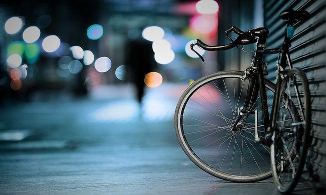 Nagyon rosszul sikerült a biciklis manőver, ijesztő videó a felnyíló hídon balesetező nőről