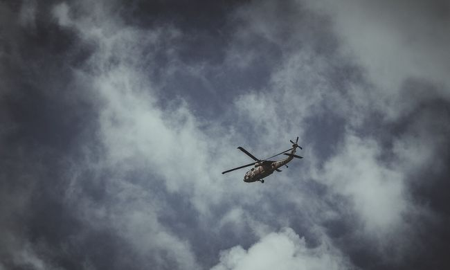 Négy helikoptert riasztottak, több százan rekedtek a hegycsúcson