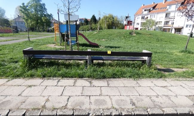 Botrány Gödöllőn: játszótéren rabolták ki a fiatalt, a tettes le is fejelte őt