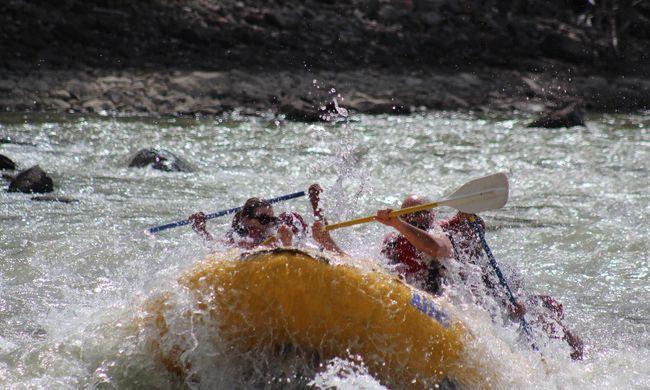 Borzalom a Zsil folyón: felborult a csónak, egy férfit már nem lehetett megmenteni