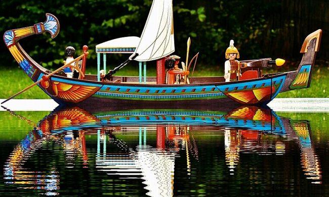 Két kisgyerek világkörüli útra indított egy hajót, a játékon nyomkövető is van